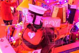 god's own junkyardに立つ少女の写真・画像素材[953619]
