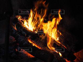 暗い部屋に座って暖炉の写真・画像素材[953178]