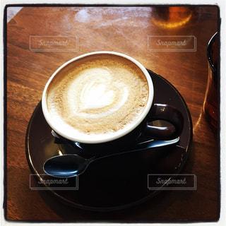 テーブルの上のコーヒー カップの写真・画像素材[953195]