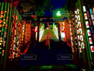 夜ライトアップされた神社 - No.953372
