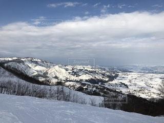 煙る山頂の雪をスノーボードに乗る男 - No.953592