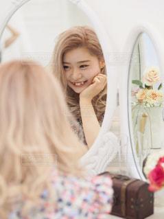 鏡越しのわたしの写真・画像素材[954358]