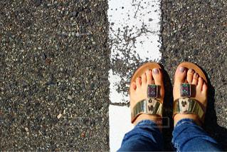 青と赤の靴を履いて足のペアの写真・画像素材[954390]
