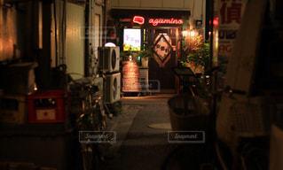 夜のライトアップされた街の写真・画像素材[957867]