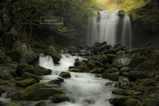いくつかの水の上の大きな滝の写真・画像素材[971445]
