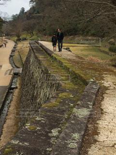 石垣の上の小路を歩く親子の写真・画像素材[954759]