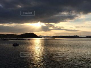 水の体に沈む夕日の写真・画像素材[954773]