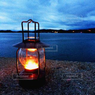 水の体に沈む夕日の写真・画像素材[954774]