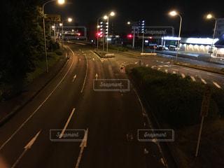道の端に座っているトラフィック ライトの写真・画像素材[1159421]