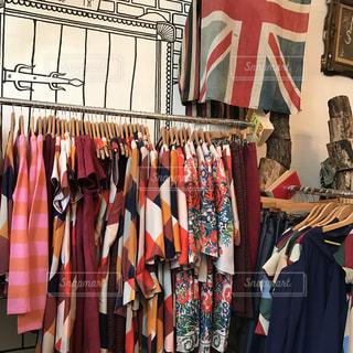 店の上の壁に掛かっている服の束の写真・画像素材[955028]