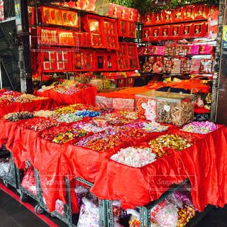 赤傘の店の写真・画像素材[955218]
