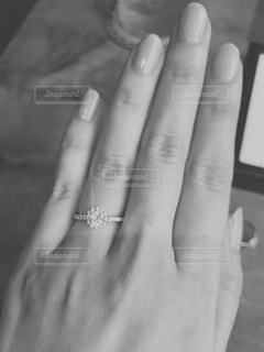 手 モノクロ 婚約 指輪の写真・画像素材[955264]