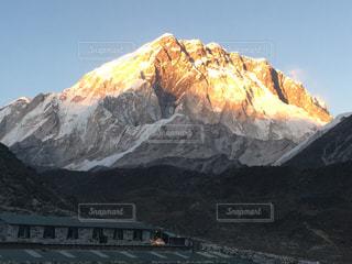夕日に染まる山の写真・画像素材[958015]