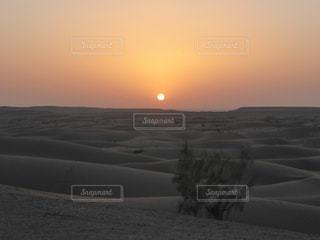砂漠に沈む夕日の写真・画像素材[958110]