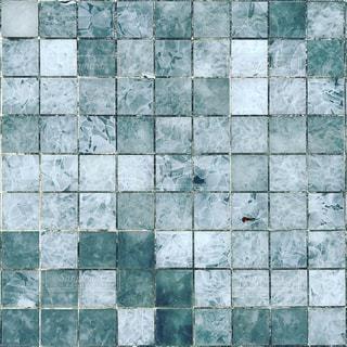緑と白のタイル張りの床の写真・画像素材[1198280]