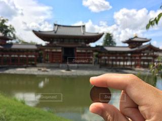 平等院鳳凰堂を背景にした10円玉の写真・画像素材[771902]