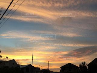 背景の夕日の家の写真・画像素材[955687]