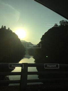 日没の前に座っている男の写真・画像素材[955720]
