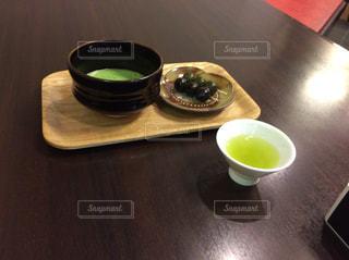 テーブルの上のコーヒー カップの写真・画像素材[955736]