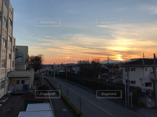 街に沈む夕日の写真・画像素材[962472]
