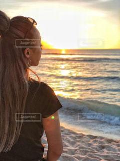 女性、夕焼け。の写真・画像素材[956041]