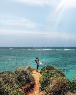 水域の隣に立っている男の写真・画像素材[2321201]