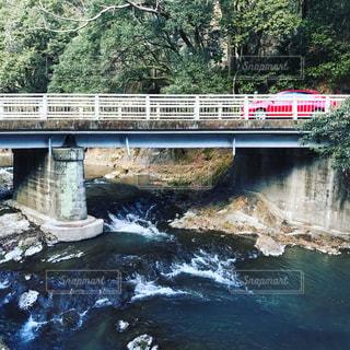 川と赤い車の写真・画像素材[955854]