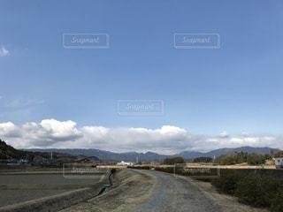 未舗装の道路の写真・画像素材[1001316]