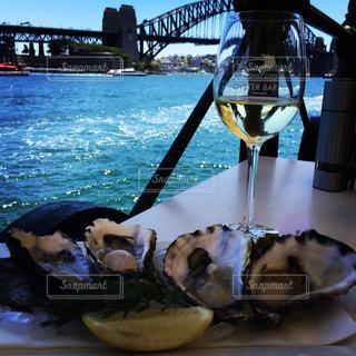 Oysters n wine behind the harbor bridgeの写真・画像素材[1010412]