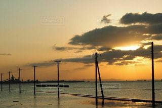 海の上の電柱の写真・画像素材[956187]