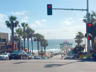 坂を下るとビーチがの写真・画像素材[962081]