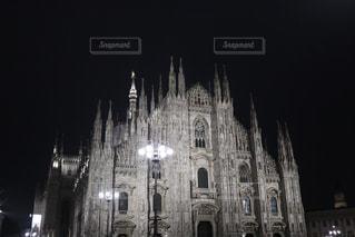 ミラノにあるドゥオーモの夜の写真・画像素材[1623103]