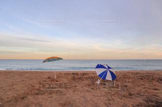 バルセロナビーチの夕暮れ時とパラソルの写真・画像素材[2141501]