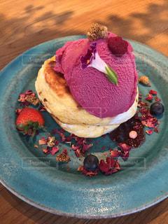 皿の上のケーキの一部の写真・画像素材[956537]