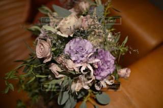 テーブルの上の花の花瓶の写真・画像素材[956544]
