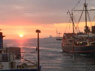 海遊館の夕日と船の写真・画像素材[957390]