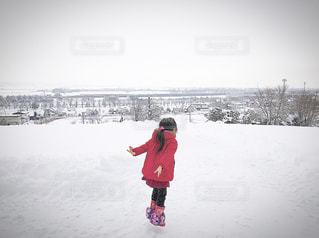 雪景色にヤッホーする女の子の写真・画像素材[959109]