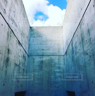 安藤建築と青空の写真・画像素材[958420]