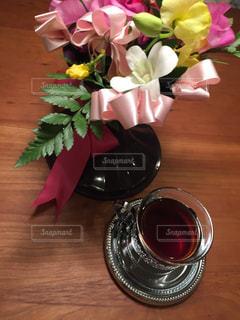 テーブルの上に花とコーヒー - No.961206