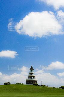 空の雲と大規模なグリーン フィールドの写真・画像素材[1232001]