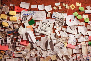 壁に貼られた多くの手紙の写真・画像素材[1236858]