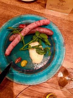木製のテーブルの上に食べ物のプレート - No.966515