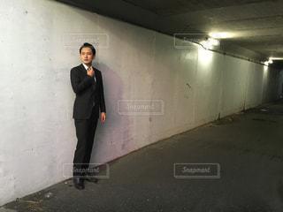 建物の前に立っている男の写真・画像素材[959226]