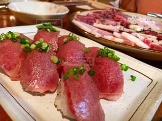 テーブルの上に食べ物のプレートの写真・画像素材[959316]