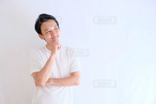 白いシャツの人の写真・画像素材[1211997]