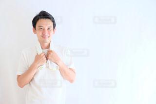 カメラに人立っているポーズの写真・画像素材[1212003]