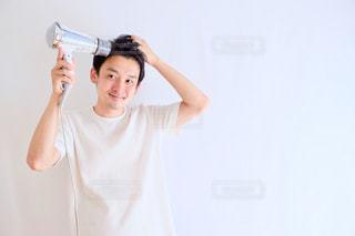 白いシャツの人の写真・画像素材[1212005]