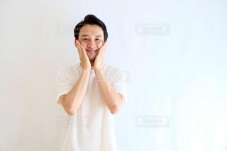 白いシャツの人の写真・画像素材[1212019]