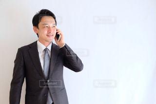 電話をかける人の写真・画像素材[1212037]