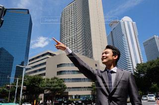 建物の前に立っているスーツの男の写真・画像素材[1396449]
